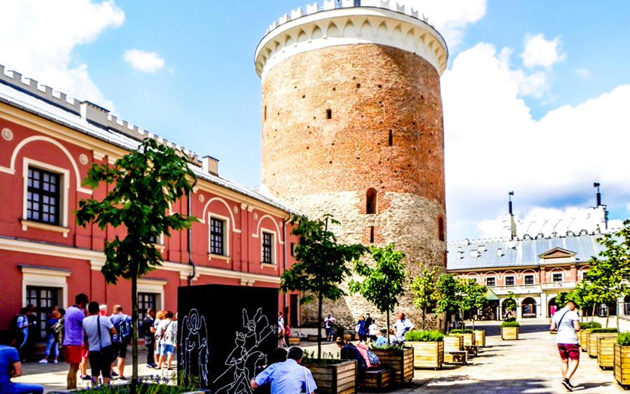 Atrakcje turystyczne Lublina - zdjęcie turystów na Zamku Lubelskim