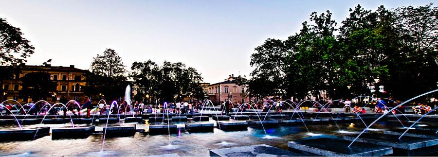 Atrakcje turystyczne Lublina - zdjęcie fontanny multimedialnej o zmierzchu